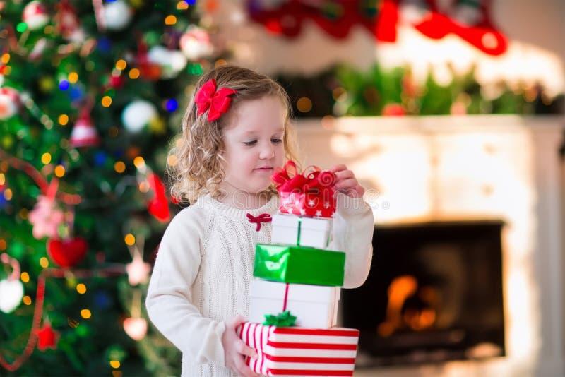 Meisje het openen stelt op Kerstmisochtend voor stock foto's