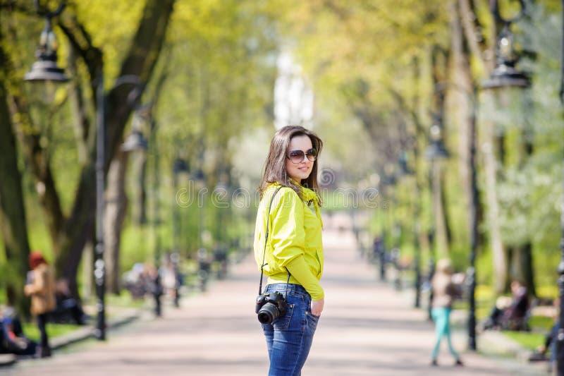 Meisje in het park met een camera royalty-vrije stock foto