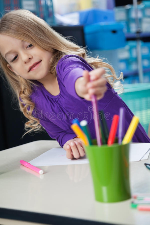 Meisje het Plukken Schets Pen From Case In Classroom stock fotografie