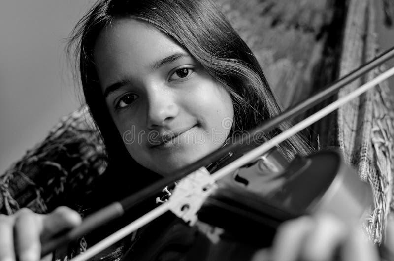 Meisje het praktizeren viool in een hangmat royalty-vrije stock afbeelding