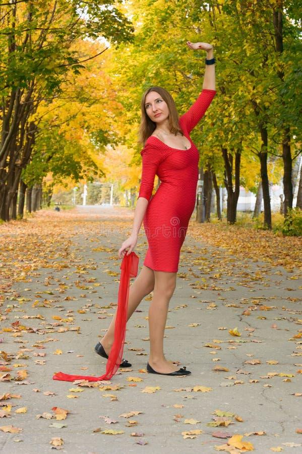 Meisje in het rode dansen in de de herfststemming stock fotografie