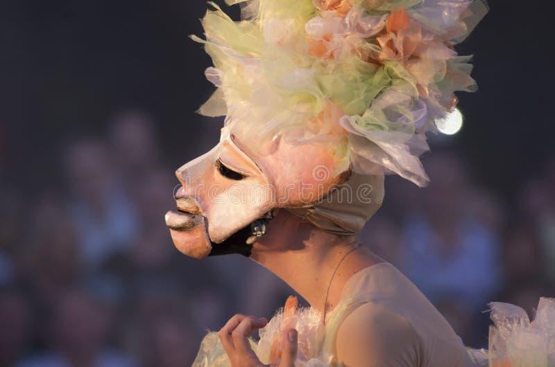 Meisje in het roze masker met bogen op haar hoofd royalty-vrije stock afbeeldingen