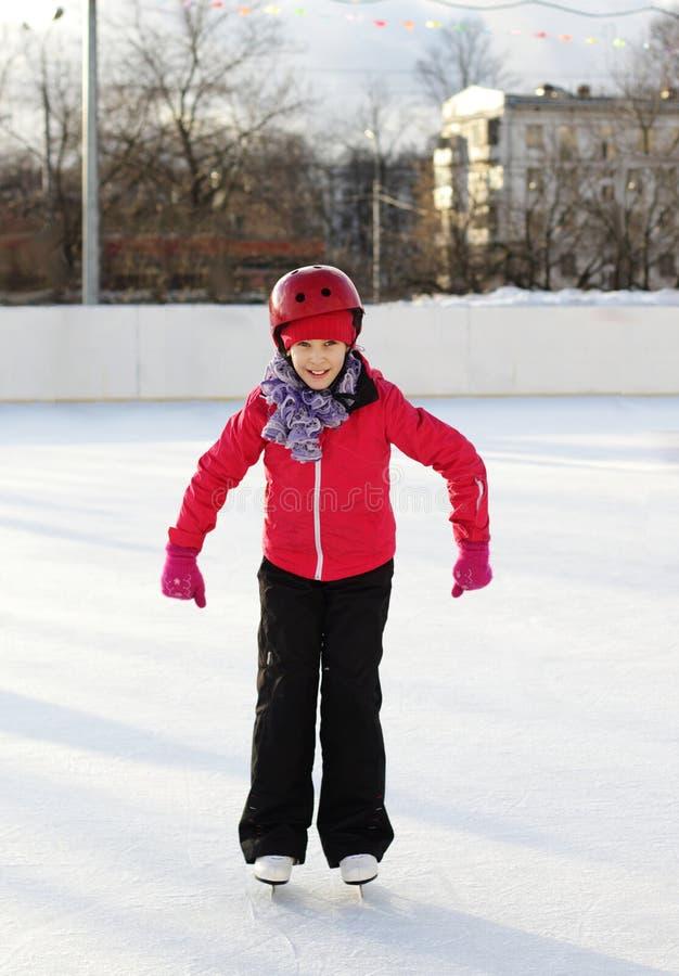 Meisje het schaatsen helm Newbie in kunstschaatsen De winter royalty-vrije stock foto's