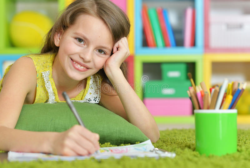 Meisje het schilderen met potlood in haar ruimte stock fotografie