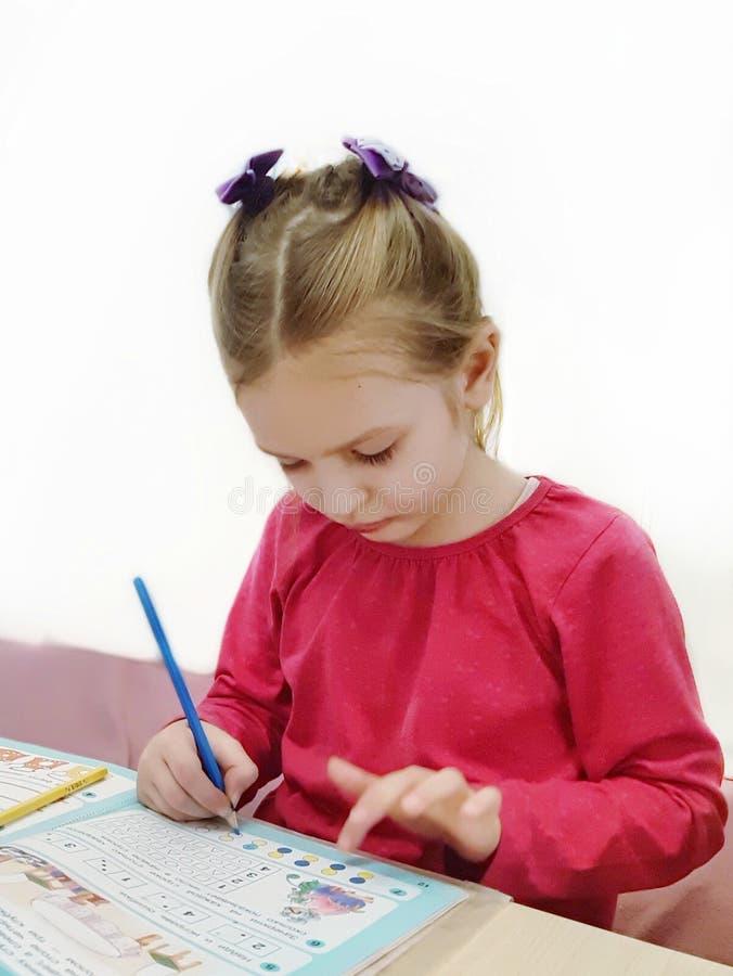 Meisje het schrijven oefeningen Het onderwijs van het huis royalty-vrije stock afbeeldingen