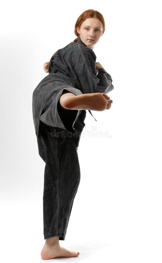 Meisje het slaan in de zwarte kimono royalty-vrije stock foto