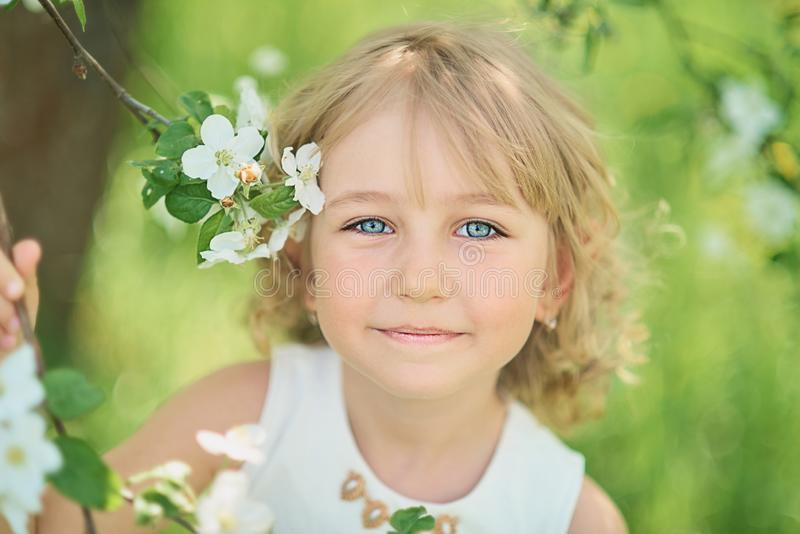meisje het snuiven bloemen van appelboomgaard Tuin met bloeiende bomen stock afbeeldingen
