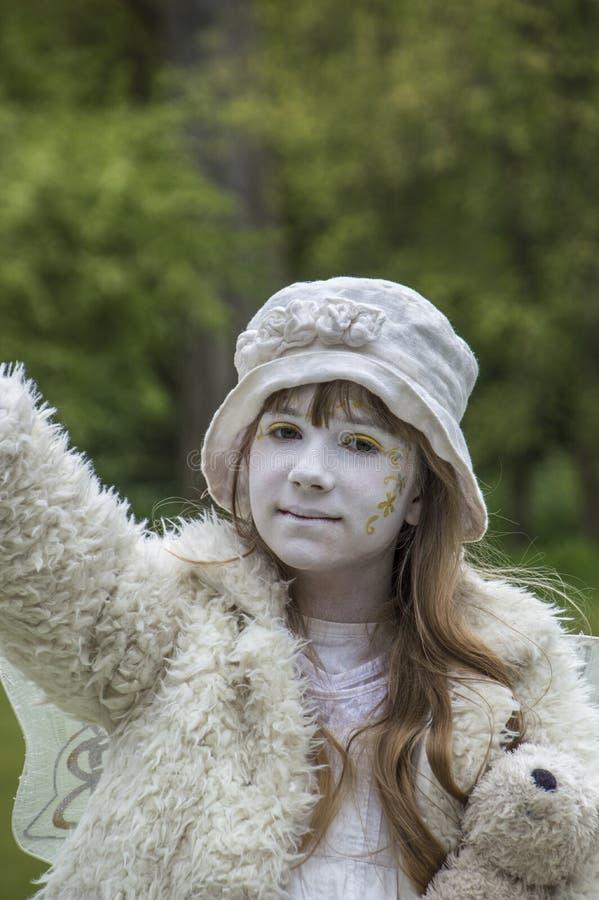 Meisje het Spelen als het Levensstandbeeld in Vondelpark op het Nederland 2018 van Kingsday Amsterdam royalty-vrije stock afbeeldingen