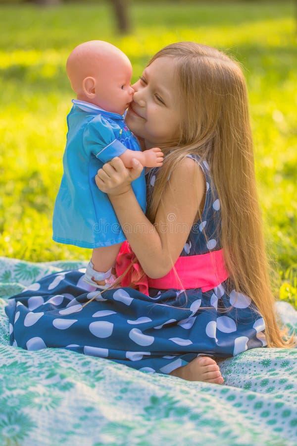 Meisje het spelen als moeder en dochter royalty-vrije stock afbeelding