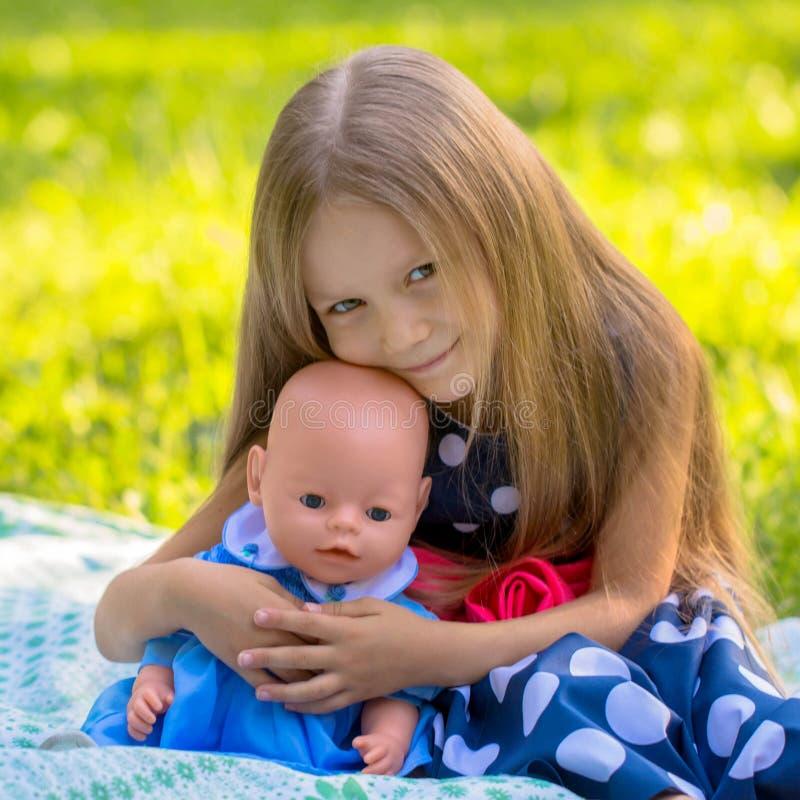 Meisje het spelen als moeder en dochter royalty-vrije stock foto's