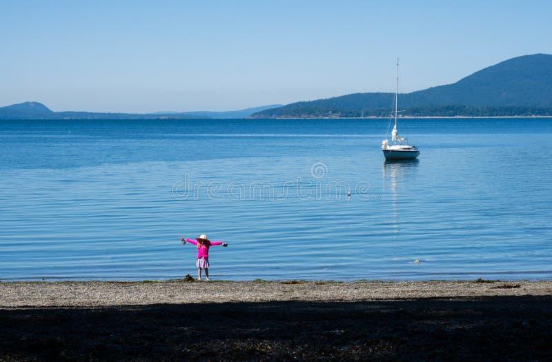 Meisje het spelen door het overzees - de Vreedzame kust van de V.S. van de staat van Washington stock fotografie