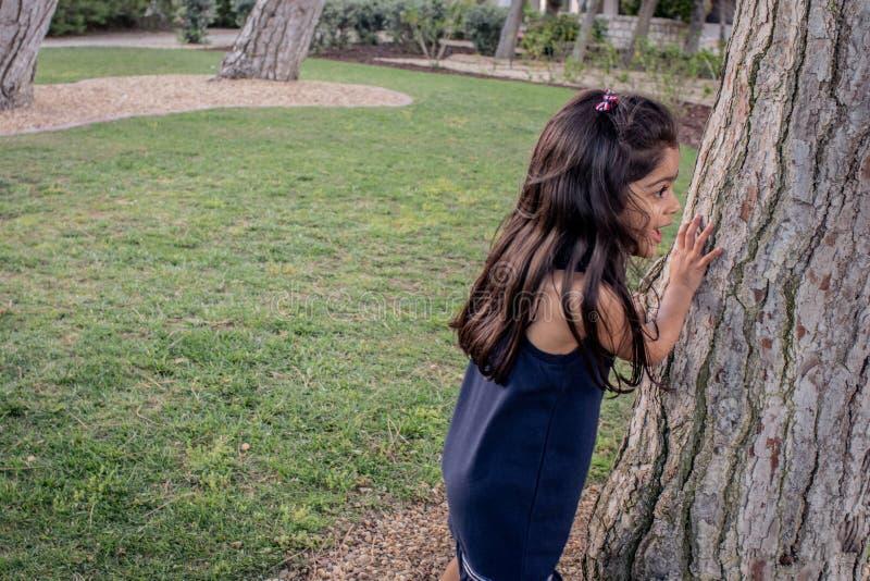 Meisje het spelen in een park in openlucht stock fotografie