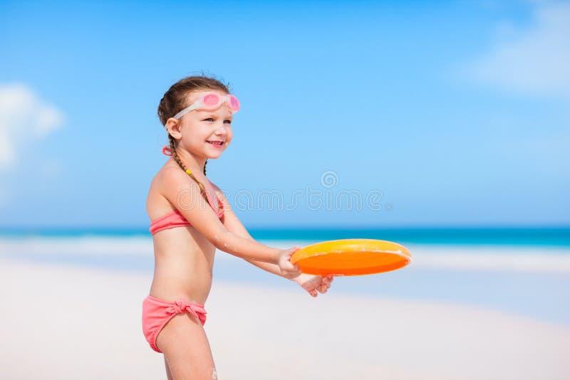 Meisje het spelen frisbee royalty-vrije stock afbeeldingen