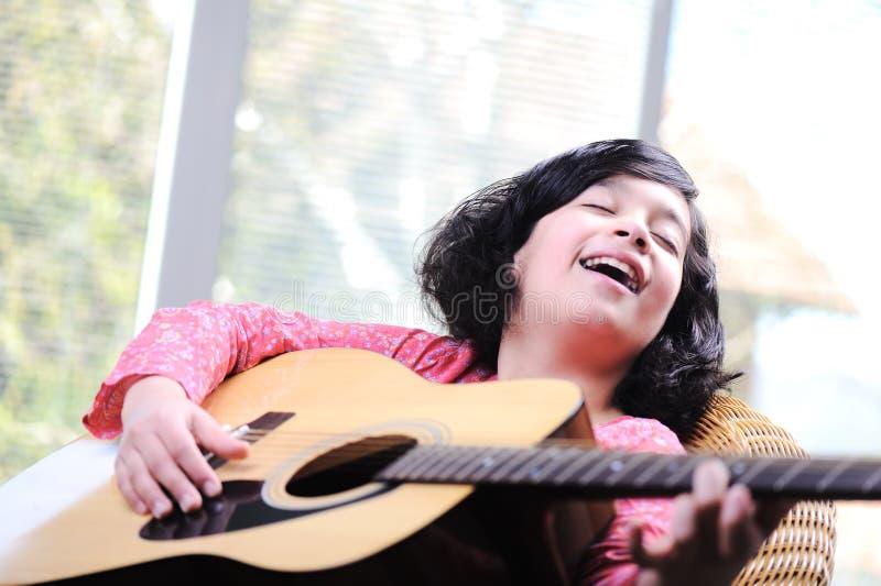 Meisje het spelen gitaar stock fotografie