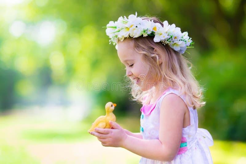 Meisje het spelen met een stuk speelgoed eend royalty-vrije stock afbeelding