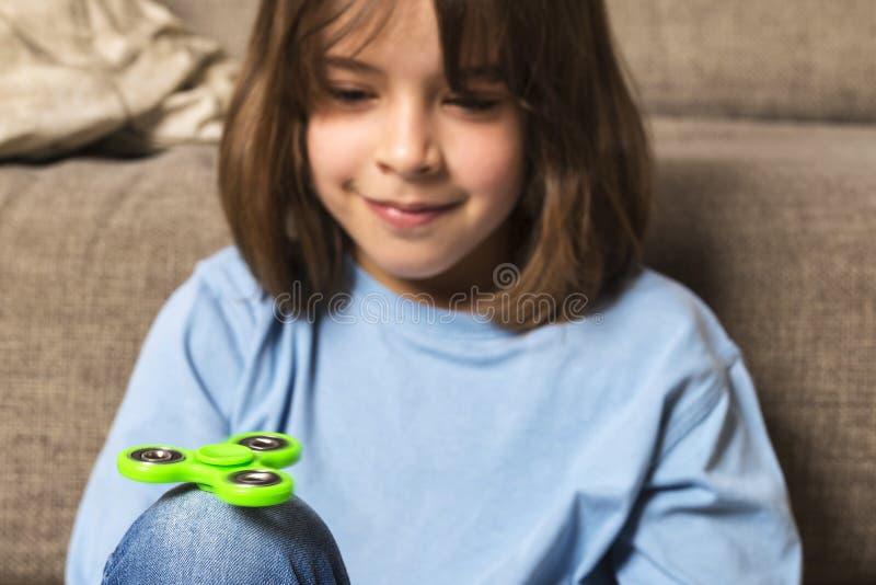 Meisje het spelen met groen friemelt spinnerstuk speelgoed royalty-vrije stock foto's