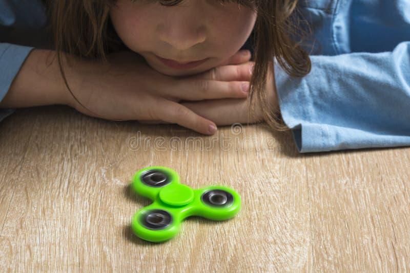 Meisje het spelen met groen friemelt spinnerstuk speelgoed royalty-vrije stock afbeelding