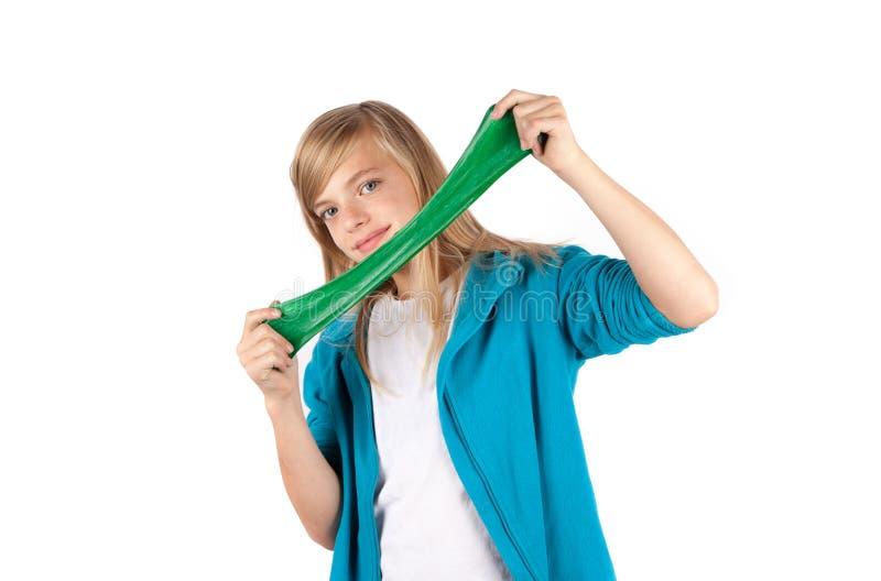 Meisje het spelen met groen slijm Geïsoleerdj op witte achtergrond stock foto