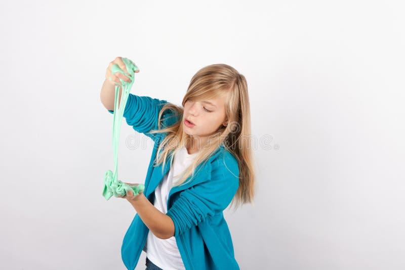 Meisje het spelen met gunk-als groen slijm royalty-vrije stock foto