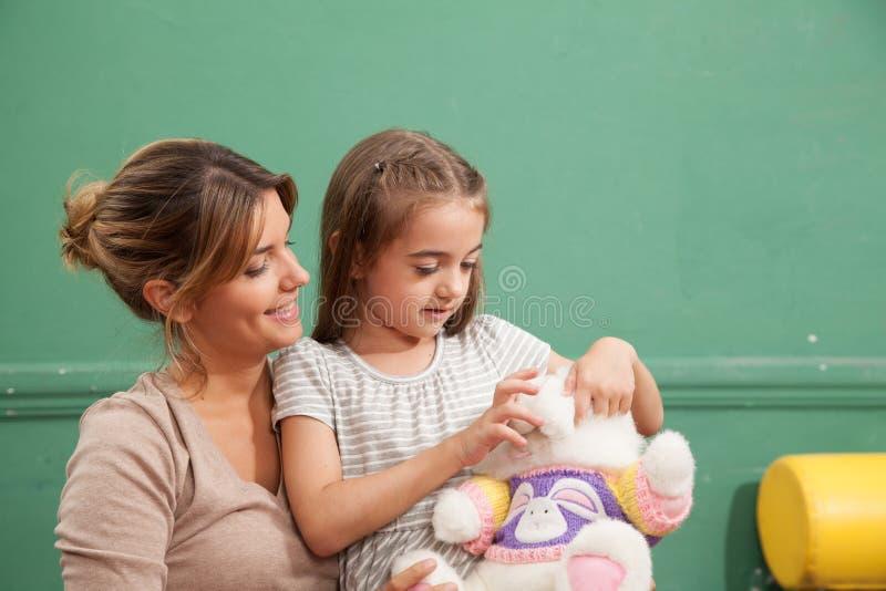 Meisje het spelen met haar leraar royalty-vrije stock afbeeldingen
