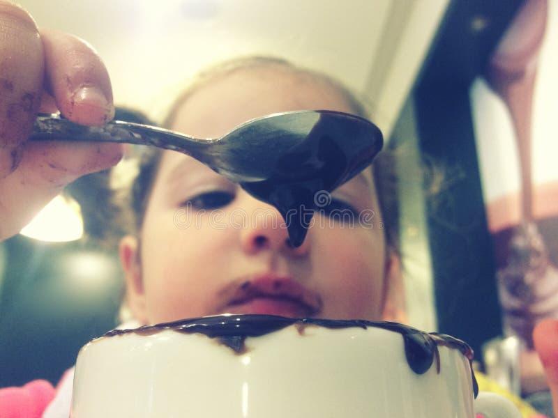 Meisje het spelen met het drinken van chocolade royalty-vrije stock afbeelding