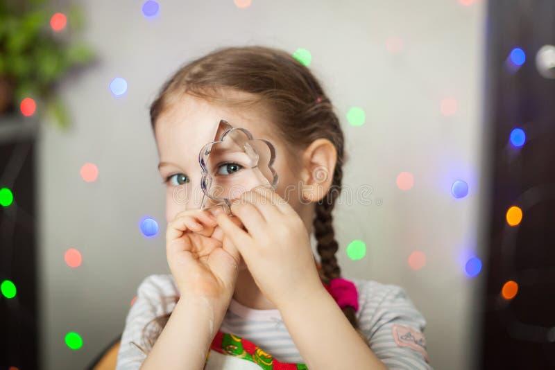 Meisje het spelen met koekjessnijders royalty-vrije stock fotografie