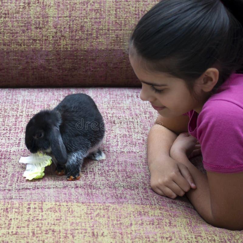 Meisje het spelen met konijn royalty-vrije stock afbeeldingen