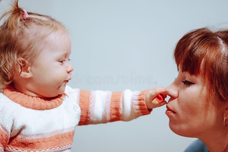Meisje het spelen met mamma stock afbeelding