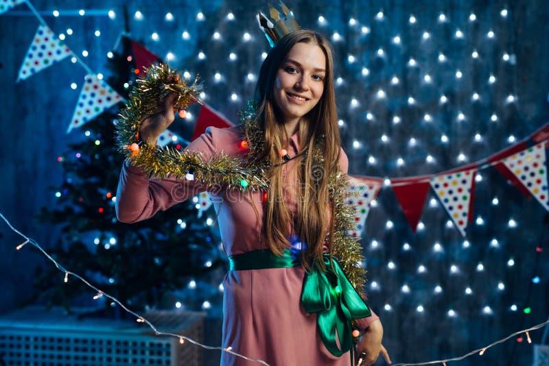 Meisje het spelen met het Nieuwjaar van klatergoudkerstmis royalty-vrije stock afbeeldingen