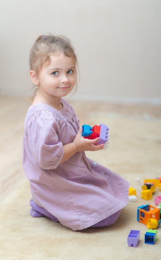 Meisje het spelen met plastic speelgoed royalty-vrije stock fotografie