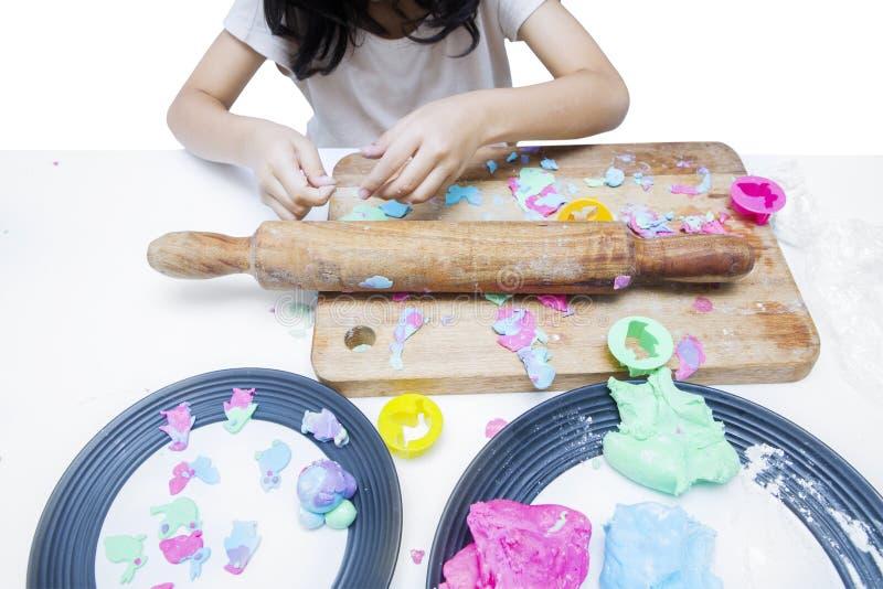 Meisje het spelen met playdough stock afbeelding