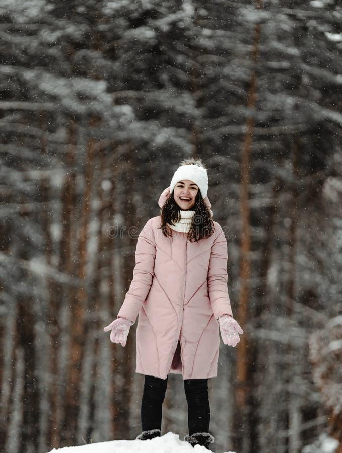 Meisje het spelen met sneeuw in park stock foto