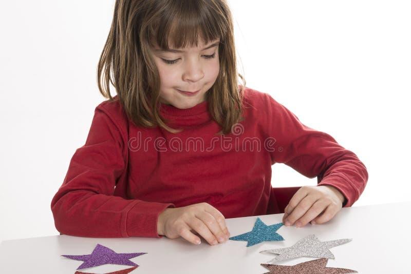 Meisje het spelen met sterren stock fotografie
