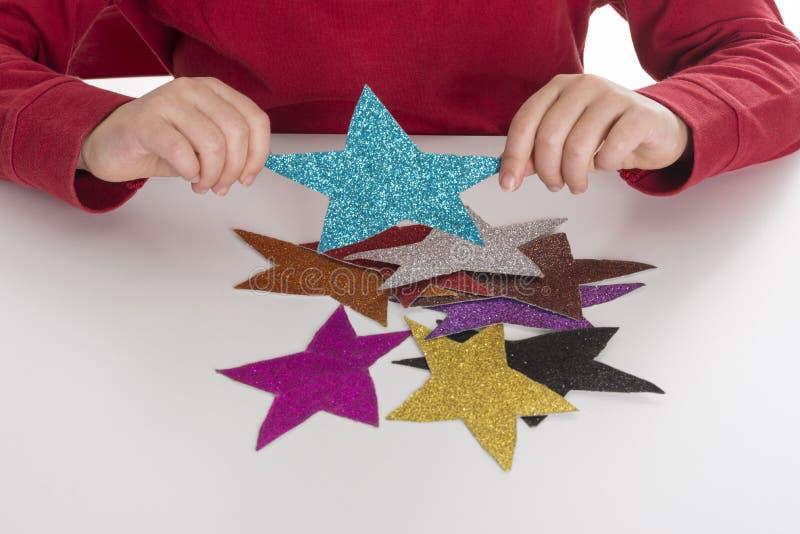 Meisje het spelen met sterren stock afbeelding