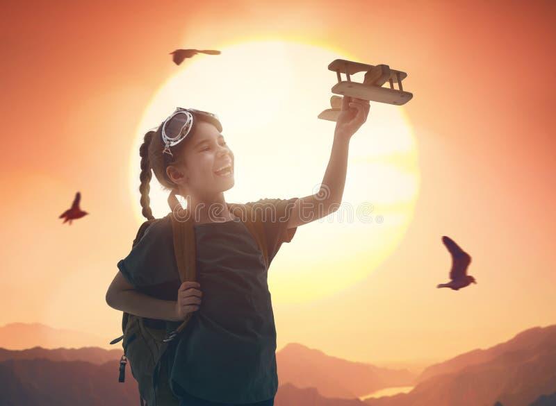Meisje het spelen met stuk speelgoed vliegtuig stock afbeelding