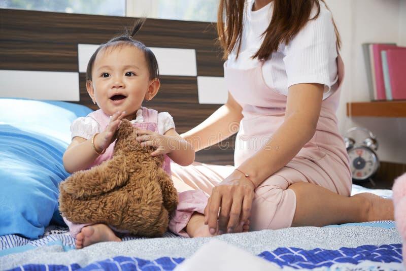 Meisje het Spelen met Stuk speelgoed royalty-vrije stock afbeelding