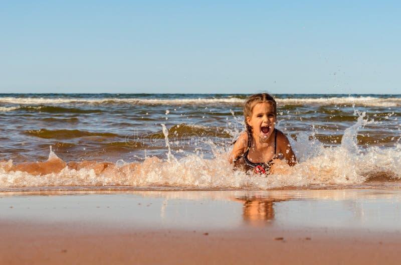Meisje het spelen op het Brackley-strand royalty-vrije stock fotografie