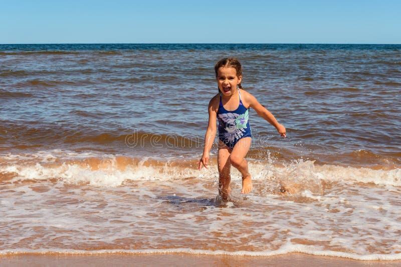 Meisje het spelen op het Cavendish-strand stock fotografie