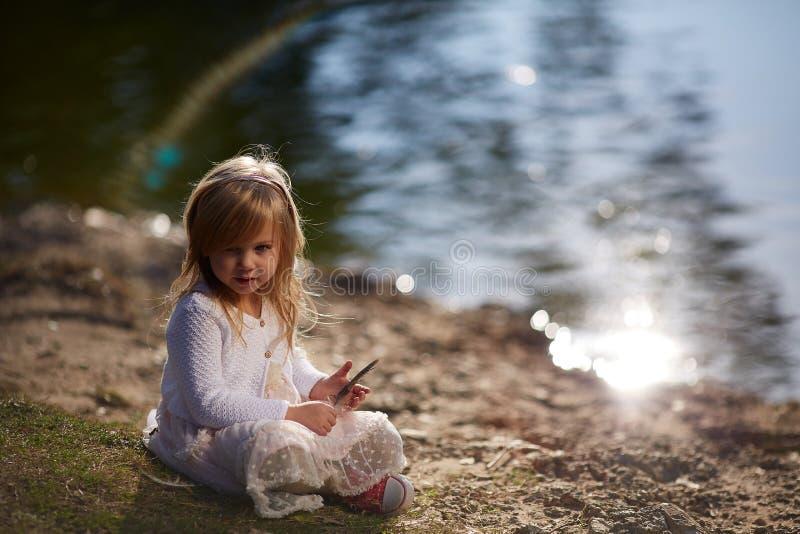 Meisje het spelen op de rivierbank royalty-vrije stock foto