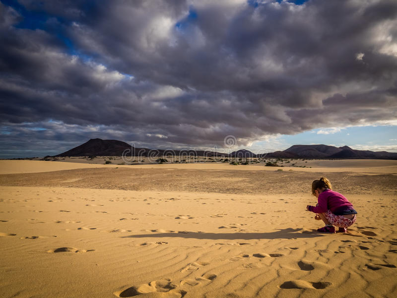 Meisje het spelen op de zandduinen royalty-vrije stock afbeelding
