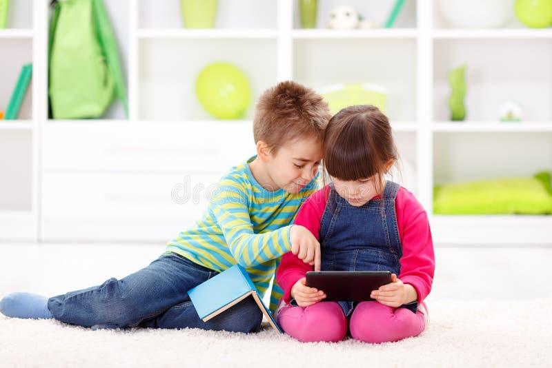 Meisje het spelen op een tabletcomputer stock afbeelding
