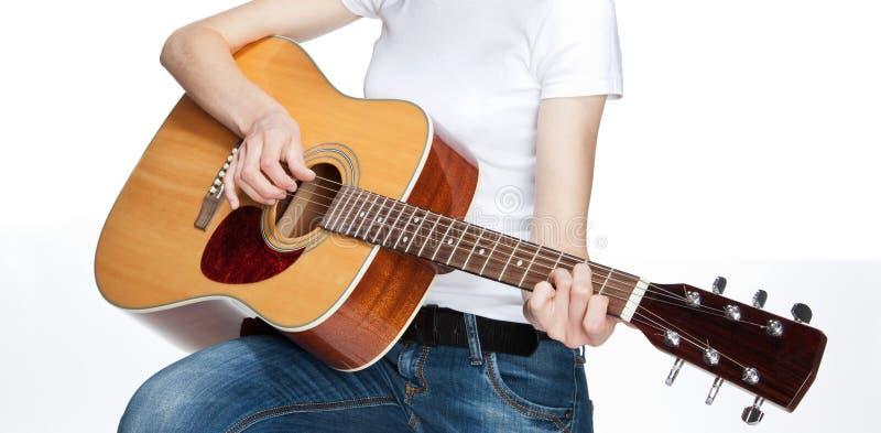Meisje het spelen op gitaar stock foto's