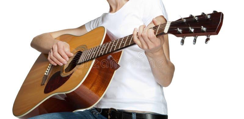 Meisje het spelen op gitaar stock afbeelding