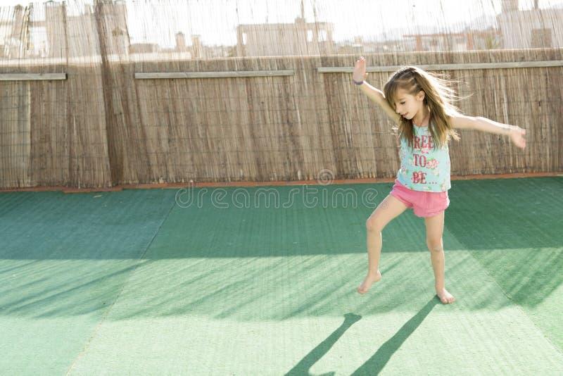 Meisje het spelen op het terras royalty-vrije stock foto
