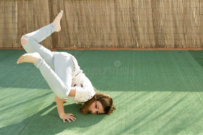 Meisje het spelen op het terras royalty-vrije stock afbeelding