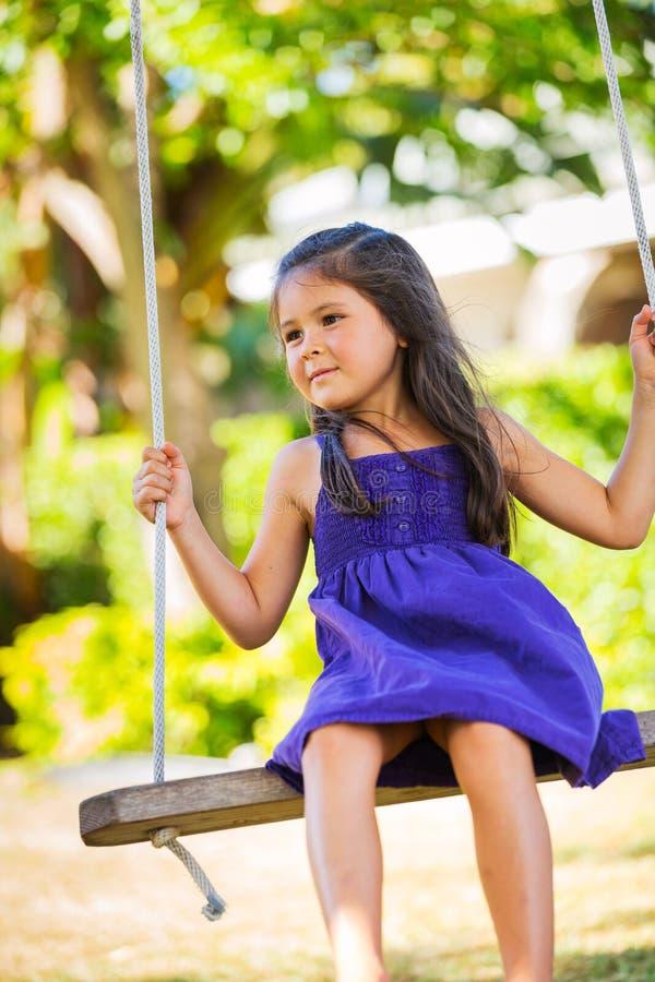 Meisje het Spelen op Schommelingsreeks stock afbeelding