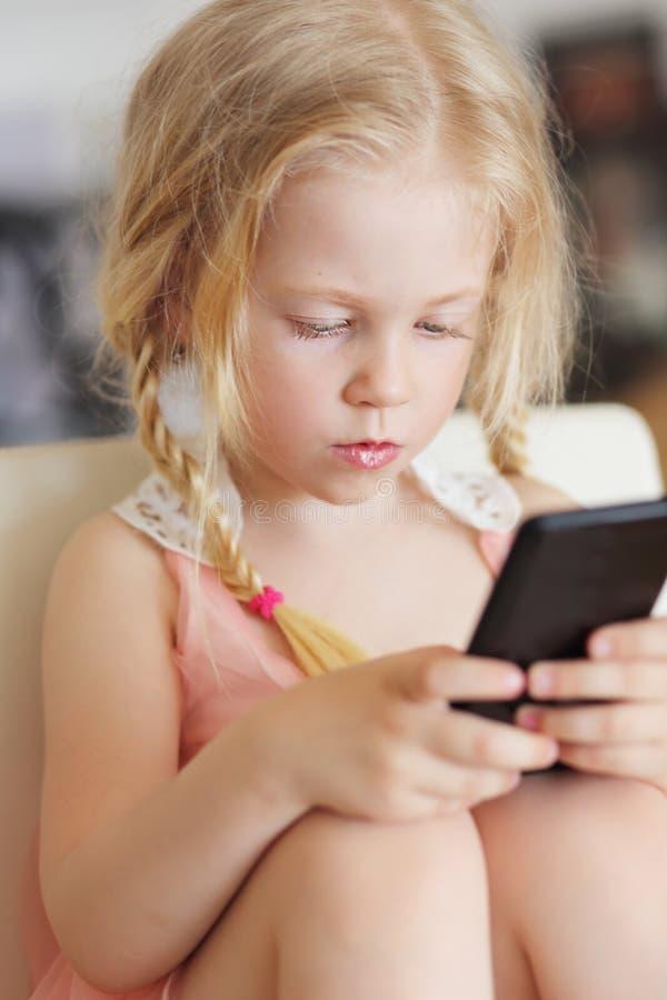 Meisje het spelen op smartphone royalty-vrije stock foto's