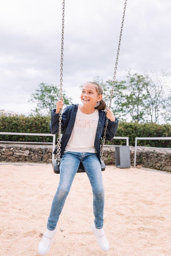 Meisje het spelen in het park op groene achtergrond stock fotografie