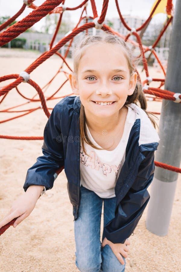 Meisje het spelen in het park op groene achtergrond royalty-vrije stock fotografie