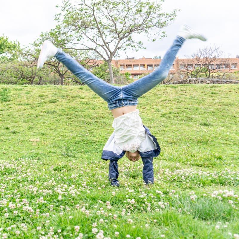 Meisje het spelen in het park op groene achtergrond stock foto's